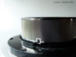 Egy optikai füstérzékelő belseje védőhálóval