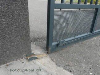 Felfutó görgő támasztja alá a zárt kaput