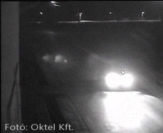 A rosszul megválasztott kamerát elvakítja a gépjármű fényszórója
