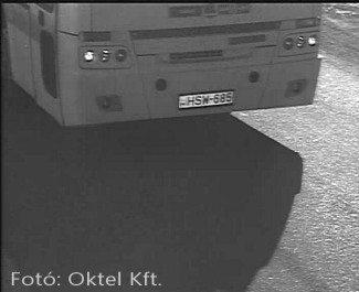 A rendszámfelismerő kamera nappali fényben is elsősorban a rendszámot látja.