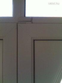 Az ajtó feletti nyitásérzékelő belesimul a környezetbe.