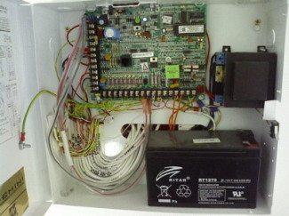 Riasztóközpont transzformátorral és akkumulátorral