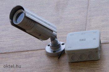 Kompakt kamera objektívvel és védő házzal egybeépítve
