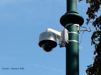 Speed dome kamera oszlopra szerelve