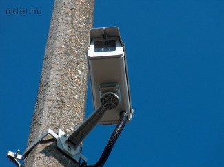 Előre billenthető tetejű kameraház
