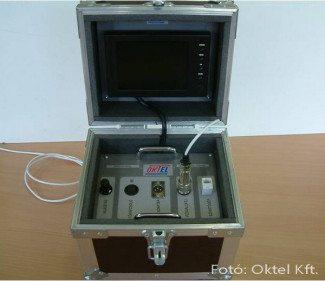 Az akkumulátoros táska tartalmazza a megjelenítő monitort és a rögzítőt.
