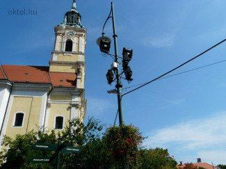 Fix IP kamera a szekszárdi nagytemplom előtt (Fotó: Oktel Kft.)