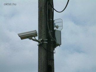 Vezeték nélküli IP kamera mikrohullámú antennával (Fotó: Oktel Kft.)