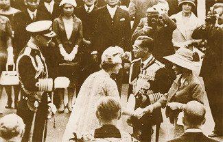 Erzsébet királynő üdvözli a thaiföldi királyi párt (www.bangkokpost.com)