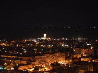 Fényképezőgép képe, Szekszárd éjszakai látképe (Fotó: Oktel Kft.)