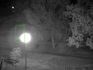 Day&night IP kameránál alig látszik a lámpa fénykörében álló ember