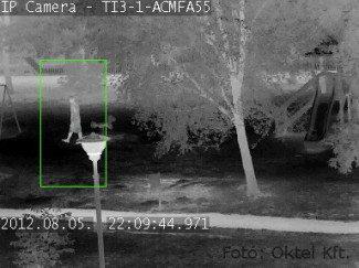 Az IP hőkamera jól mutatja a lámpa alatt álló embert.