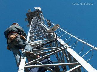 Közterületi kamera telepítése (Fotó: Oktel Kft.)