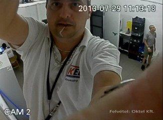 Húsbolt üzletterében beállítják a kamerát (Felvétel: Oktel Kft.)