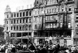 A budapesti Párisi Nagyáruház a tűzvész után