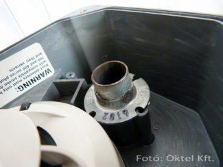 A System Sensor DH400 típusnál a mintavevő cső itt csatlakozik a házba.