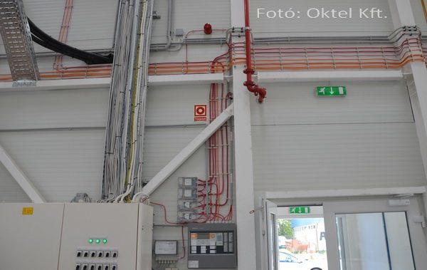 A tűzjelző rendszer központja, felette a vezérlő kimenetek, balra az elektromos elosztószekrény